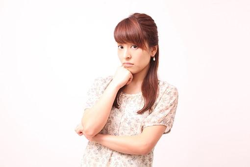 人 人間 人物 人物写真 ポートレート ポートレイト 女性 女 女の人 若い女性 女子 レディー 日本人 茶髪 ブラウンヘア セミロングヘア  白色 白背景 白バック ホワイトバック  手 指 ポーズ 肘を曲げる 考える 考慮 握る 顎に手 mdfj012