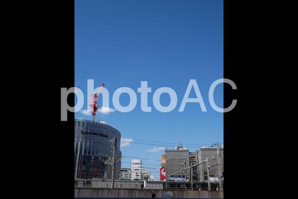 青空とJR大阪駅北側のビル群の写真