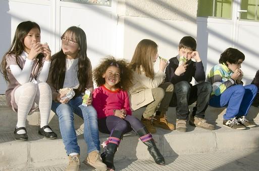 人物 生物 人間 生徒 学生 学童 子ども かわいい キッズ 幼い 外国人 外国 風景 学校 勉強 学び 教育 放課後 屋外 クラスメイト 校庭 広場 ランチ ランチタイム お昼 休憩 休み時間 昼休み ジュース 紙パック 女の子 女子 男の子 男子 座る mdfk025 mdfk027 mdfk033 mdmk005 mdmk019
