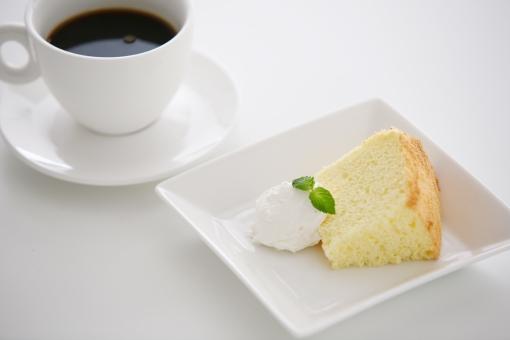 コーヒー シフォンケーキ 食べ物 料理 飲み物 ケーキ カップ スイーツ ミント 葉 ミントの葉 洋菓子 皿 一つ 生クリーム ホイップ 焼き菓子 テーブル 手作り ハンドメイド コーヒータイム 休憩 おやつ プレーン ティータイム デザート ハーブ 植物 お菓子 カット カットケーキ 白 白バック