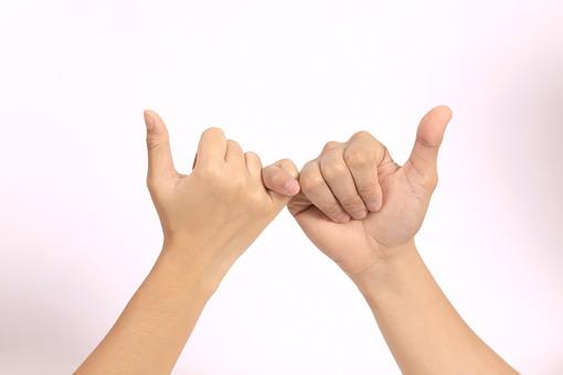 手 ハンド ハンドパーツ ボディパーツ 人物 指 手元 手首 ジェスチャー 身振り 肌 人肌 腕 パーツ 部位 片手 片腕 白バック 白背景 コピースペース テキストスペース 指切り 小指 約束 指きりげんまん
