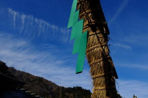 神社 茅の輪 縄 青空 冬の空 正月