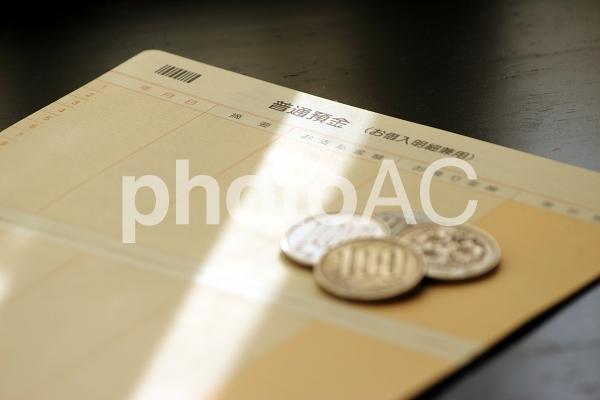 預金通帳と小銭の写真