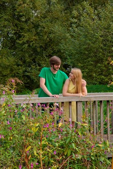 人物 外国人 外人 男性 女性 カップル 恋人 夫婦 2人 屋外 野外 外 自然 緑 グリーン 公園 手すり 柵 休日 デート 寄り添う 肩を寄せる 笑顔 スマイル 仲良し 散策 楽しい 幸せ 見つめ合う 見つめる mdff084 mdfm051