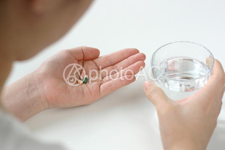 薬を飲む人の写真