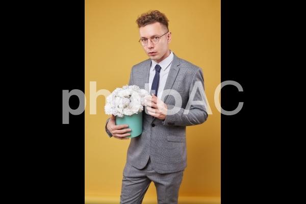 花を持ったビジネスマン17の写真