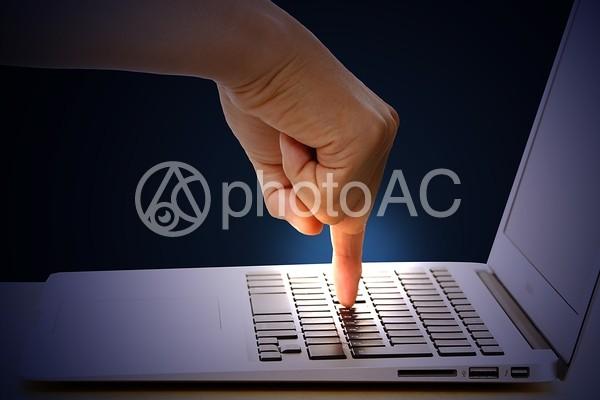 パソコンと指1の写真