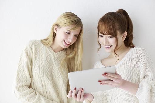 人物 日本人 外国人 外人 女性  若い 女の子 20代 学生 大学生  留学生 2人 二人 友達 友人  仲良し かわいい キュート 異文化 交流  屋内 白バック 白背景 ファッション 私服  カジュアル ポートレート 友情 パソコン iPad タブレット 見る 上半身 mdjf005 mdff045
