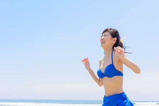 ビキニ 水着 日本人 ビーチ 海 砂浜 人物 旅行 旅 観光 オーシャン 青 ブルー 波 トラベル ホリデー 青空 晴天 晴れ 美女 綺麗 野外 屋外 夏 常夏 楽園 遊び 一人 笑顔 遊んでいる 楽しい 上半身 女性 海水浴 mdjf011