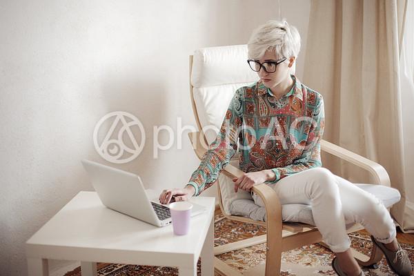 白人女性とパソコン6の写真