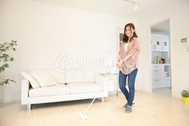 掃除をする女性12の写真