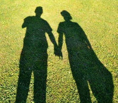 手をつなぐ 手 つなぐ 影 シャドー 家族 男性 女性 夫婦 新婚 結婚