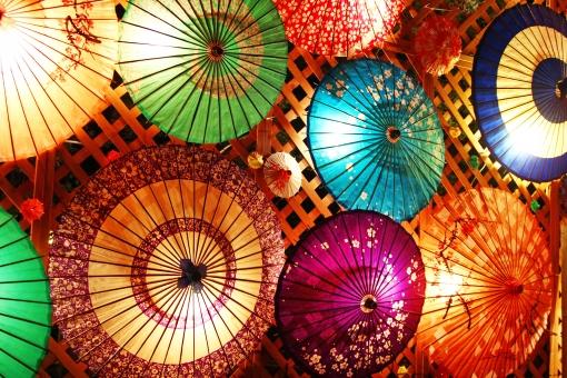 チョウチン ちょうちん 提灯 灯籠 とうろう 灯篭 ライト ライトアップ まつり 祭 灯篭祭り 灯篭まつり 灯籠まつり 灯籠祭 明かり あかり 灯り 灯 夜 黄色 背景 風景 光景 傘 和傘 モダン お洒落 和モダン 和風 和