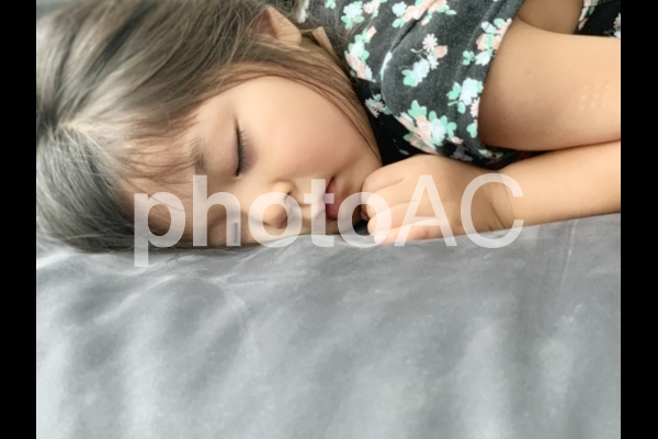 女の子 お昼寝の写真