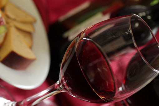 赤ワイン アルコール お酒 ドリンク 飲み物 果実酒 ブドウ酒 葡萄酒 ワイングラス ポリフェノール 健康 洋食器 紫 パープル 飲み 呑み 食器 チーズ お皿 洋皿 ガラス 一杯 1杯 テーブルクロス 卓布 斜め 斜め構図 室内 屋内 ムード 落ち着き