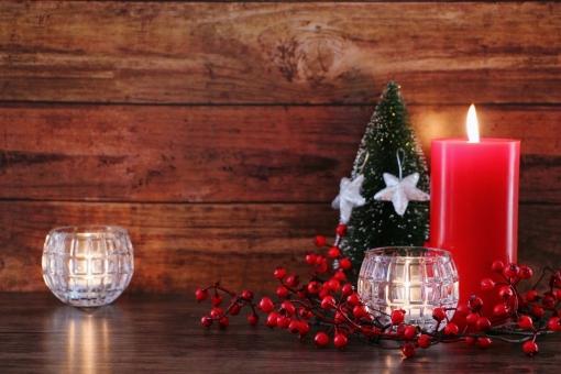 テーブル インテリア 楽しい 赤 素材 背景 癒し 冬 あたたかい 光 赤色 クリスマス 灯り 静か イベント オブジェ 穏やか キャンドル ロウソク 木目 壁紙 松ぼっくり イメージ 祈り 平和 置物 星 シンプル オーナメント クリスマスオーナメント クリスマスイメージ クリスマスリース 赤い実 メリークリスマス 木の実 テキストスペース 12月 静寂 安らぎ 季節感 平穏 クリスマス背景 冬のイベント 冬のイメージ クリスマス素材 クリスマスキャンドル クリスマスオブジェ 樅ノ木 赤いキャンドル 星のオーナメント
