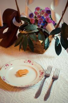 結婚 結婚式 挙式 幸せ お祝い ウェディング マリッジ 皿 プレート 食べ物 フォーク カトラリー 銀 シルバー 花 花束 葉 葉っぱ 自然 植物 造花 リボン 白 ホワイト 室内 屋内 テーブルクロス 模様 網目 レース