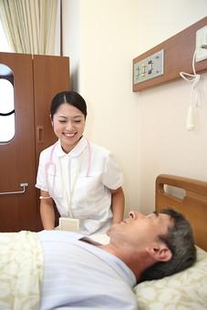 白衣 病院 医院 医療 ナース 看護師 看護婦 患者 男 男性 入院 病室 病気 シニア 介護施設 治療 療養 老人ホーム ベッド 寝る 若い 検診 ナースコール 話す 福祉 笑顔  日本人mdjm013 mdjf034