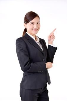 人物 日本人 女性 若い 若者   20代 スーツ 就職活動 就活 就活生   社会人 OL ビジネス 新社会人 新入社員   フレッシュマン ビジネスマン 面接 真面目 清楚  屋内  白バック 白背景 上半身 指差し 指さす ポイント 注目 上 笑顔 mdjf007