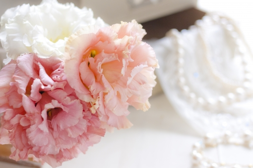 トルコキキョウ トルコ桔梗 花 八重咲き 植物 ジュエリー コットンパール パール ネックレス ブレスレット キラキラ ラグジュアリー おしゃれ お洒落 おでかけ お出かけ 装い 女性 大切 非日常 大事 優雅 ピンクの花 オレンジの花 白い花 結婚式 ウエディング レース 刺繍
