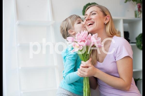 頬にキスをする女の子の写真