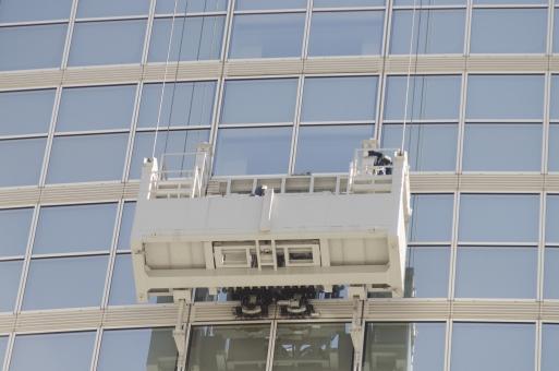 ビル 高層ビル 建物 ガラス マジックミラー ミラー 鏡 建造物 建築物 会社 オフィス オフィスビル 仕事 景色 風景 外観 高い 屋外 窓 ゴンドラ 清掃 掃除 磨く ワイヤー ロープ