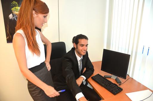 会社 オフィス ビジネス 仕事 職場 屋内 室内 働く スーツ 人物 男性 女性 ネクタイ 上司 部下 先輩 後輩 白人 インターナショナル 外国人 外人 外人男性 外人女性 白人女性 白人男性 グローバル パソコン IT デスク 同僚  mdff126  mdfm072