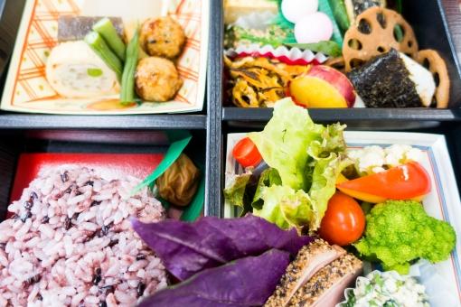 弁当 ヘルシー 和食 ランチ 昼食 五穀米 煮物 野菜 食べる レンコン トマト サラダ バランス カラフル 美味しい 会議