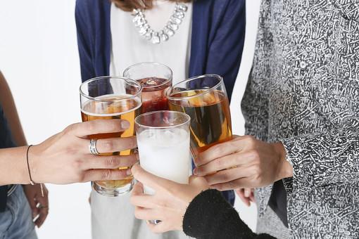 人物 日本人 若者 若者たち 20代   学生 大学生 社会人 男性 女性   グループ パーティー コンパ 合コン 飲み会   忘年会 屋内 白バック 白背景 楽しい  はしゃぐ 盛り上がる 飲食 飲み物 ドリンク  乾杯 お酒 グラス 立ち姿 手元 アップ