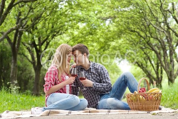 おでこをくっ付けるカップル2の写真