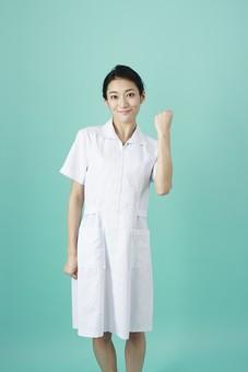 人物 女性 日本人 20代 30代   仕事 職業 医療 病院 看護師  ナース 医者 医師 女医 薬剤師  白衣 看護 屋内 スタジオ撮影 背景  グリーンバック おすすめ ポーズ ガッツポーズ ファイト 応援 頑張る 張り切る やる気 mdjf010