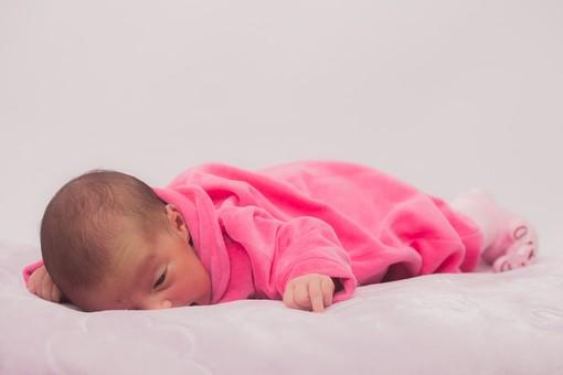 人物 外国人 赤ちゃん 赤ん坊 ベビー ベイビー 新生児 乳児 表情 しぐさ うつぶせ寝 ベビー服 ベビーウェア ピンク クマ 靴下 小さい かわいい 毛布 シーツ 出産 誕生 命 生命 愛情 幸せ 幸福 成長 発育 発達 子育て 育児 ポートレート 白背景 余白 スペース mdmk013