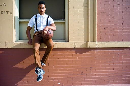 屋外 壁 レンガ 煉瓦 人物 外国人 黒人 黒髪 男性 20代 30代 若者 スポーツ選手 アスリート モデル バスケット バスケットボール ボール スポーツ ワイシャツ サスペンダー バッグ カバン 鞄 イケメン ハンサム かっこいい スタイリッシュ クール ファッション 持つ 座る 全身 カメラ目線 mdfm054