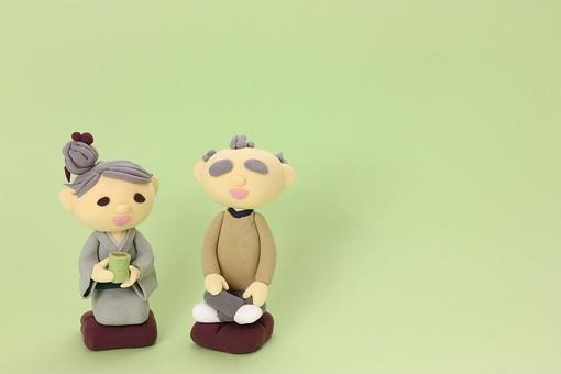 クレイ クレイアート クレイドール ねんど 粘土 クラフト 人形 アート 立体イラスト 粘土作品 人物 家族 男性 女性 老人 着物 お爺さん お婆さん おじいさん おばあさん お爺ちゃん お婆ちゃん おじいちゃん おばあちゃん 老夫婦 座布団 座る 正座 胡座 あぐら お茶 日本茶 飲む