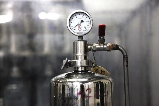 産業 工業 製造業 工場 屋内 機械 マシーン タンク ボンベ 圧力計 目盛 メーター 計器 バルブ 金属 圧力 装置 オートメーション 機械化 クローズアップ 空気圧 水圧 調節 調整 無人