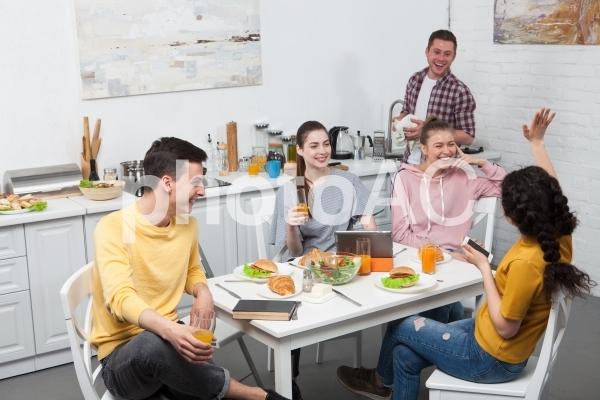 朝食を食べるルームメイトたち1の写真