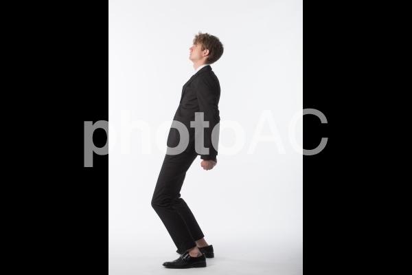 ポーズを取る男性の写真