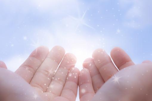 希望 未来 望み 将来 展望 恵み 夢 青空 手 指 女性らしさ 輝き 明るさ 女性の手 守護 ヒーリング 力 パワー power 気 エネルギー 大空 雲