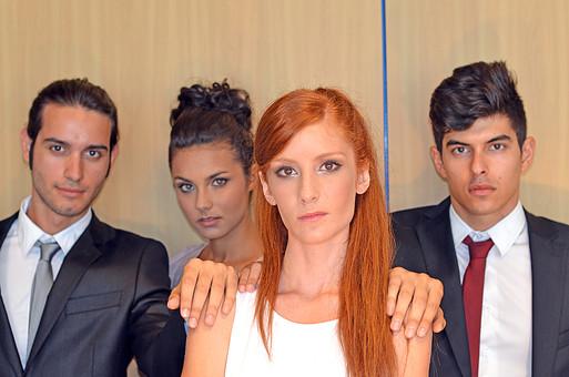 会社 オフィス ビジネス 仕事 職場 屋内 室内 働く スーツ 人物 男性 女性 ネクタイ 上司 部下 先輩 後輩 白人 インターナショナル 外国人 外人 外人男性 外人女性 白人女性 白人男性 グローバル 同僚 並ぶ mdff125 mdff126 mdfm071 mdfm072