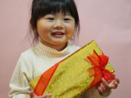 プレゼント 子供 子ども 女の子 女児 園児 感謝 笑顔 リボン 元気 誕生日 クリスマス 日本人 girl child kids japanese christmas present smile お歳暮 元気