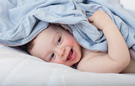 赤ちゃん 外国人 子供 子ども こども 男の子 男児 乳児 ライフスタイル ベビー ベッド 布団 ふとん 寝る 寝転ぶ 隠れる かくれんぼ 遊ぶ 毛布 ブランケット 笑顔 スマイル 覗く 金髪 ブルー系 パステル カワイイ 可愛い かわいい mdmk030