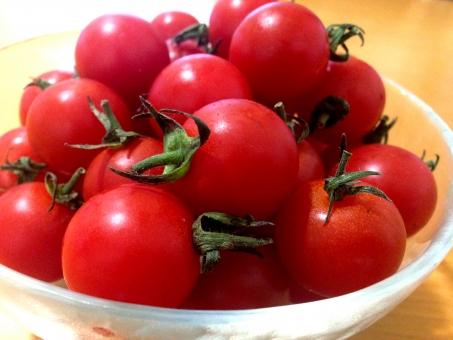 トマト プチトマト cherry tomato 食べ物 緑黄色野菜 植物 果実 生食用 唐柿 赤 リコピン 食材 料理 サラダ ヘタ 初夏 旬 栽培 収穫 皿 甘い すっぱい 酸味 甘味 甘酸っぱい おいしい うまい 健康 アップ 素材
