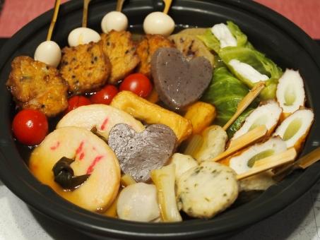 冬の鍋 食卓 団欒 おでん 蒟蒻 練り物 トマト ロールキャベツ 白だし 湯気