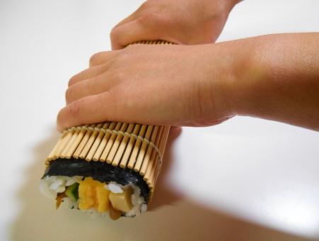 巻き寿司 巻寿司 太巻寿司 太巻き寿司 太巻 太巻き 恵方巻 恵方巻き えほうまき 節分 海苔巻 海苔巻き のりまき まきずし 巻きもの まきもの 巻物 巻き簾 巻きす まきす まきすだれ 巻き簀 竹簾 運動会 花見 誕生日 家庭料理 料理している所 せつぶん 手