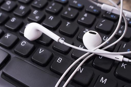 英語 音楽 アップ PC ノートパソコン パソコン タイピング 入力 キーボード 接写 黒 耳 ブラック 置く コンピュータ パーソナルコンピューター 数字 番号 コンピューター 周辺機器 聴く コード 乗せる クローズアップ 文字 アルファベット 数 ナンバー キー 鍵盤 記号 音声 イヤホン 配列 パーソナルコンピュータ ローマ字 入力機器 キー配列