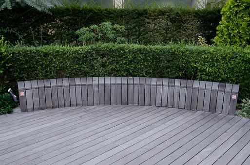 ウッドデッキ 公園 広場 待ち合わせ 板 木 自然 垣根 植物 低木 樹 木 樹木 ステージ 庭 花壇 緑 葉っぱ 葉 照明 スポットライト 空間 屋外 外 野外