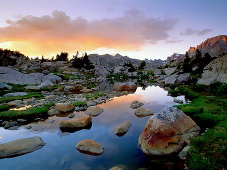 険しい岩山と流れる水の写真