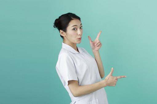 人物 女性 日本人 20代 30代   仕事 職業 医療 病院 看護師  ナース 医者 医師 女医 薬剤師  白衣 看護 屋内 スタジオ撮影 背景  グリーンバック おすすめ ポーズ 上半身 横向き 指差し 指さす 両手 横 注目 示す ポイント mdjf010