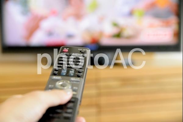 テレビとリモコン、おうち時間イメージの写真