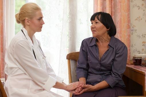 室内 屋内 外国人 老人 高齢者 女性 おばあさん おばあちゃん 患者 女医 白人 金髪 白衣 医師 医者 スカート 病院 病室 個室 家 自宅 寝室 ベッドルーム 座る 並ぶ 話す しゃべる 会話 相談 診察 往診 手を握る 椅子 いす イス 訪問 訪問診療 mdfs016 mdff142